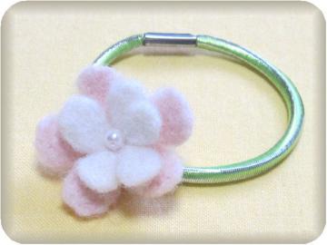 羊毛フェルト…小花
