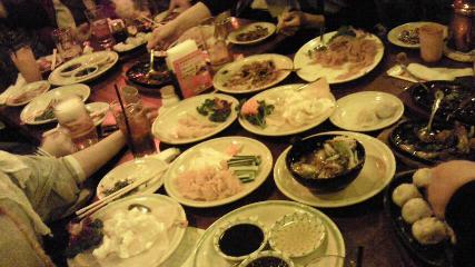 テーブルいっぱいの料理