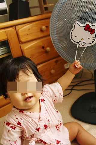 キティちゃんの扇風機カバーで遊ぶcoco