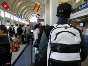 LAX空港の預け荷物の長い列/Long line of