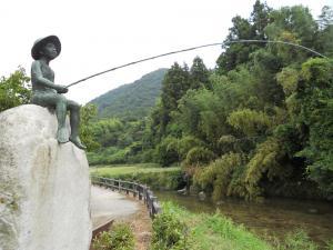 夜市川で釣りをする坊っちゃんの像/The sculpture of Botchan fisher Yaji river
