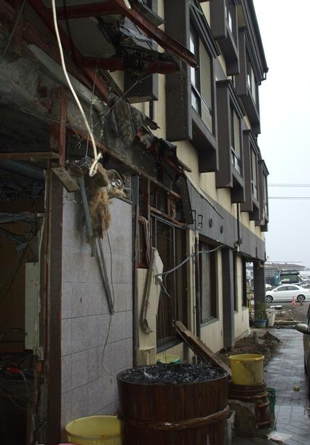 DSCF1735 被災ホテル壁面 W
