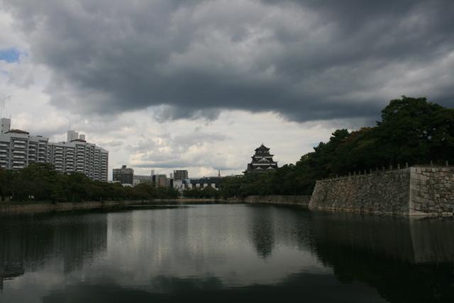 IMG_6757 雲行きの怪しい広島城 W