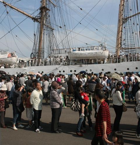 IMG_7200 海王丸 並ぶ人々 W