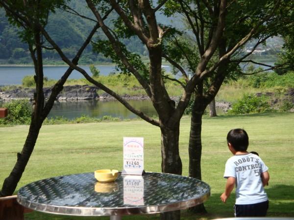 芝生の向こうは、河口湖。