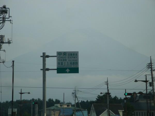 雲に霞む富士山。