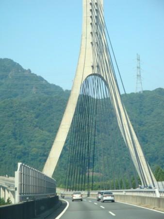 この橋の向こうで、高速降ります。