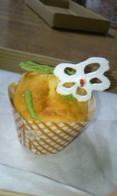 カップケーキ_白い花とイモムシ