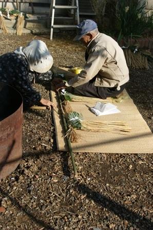 2009.12.30 12月の年越しの準備 (お飾り作り)両親