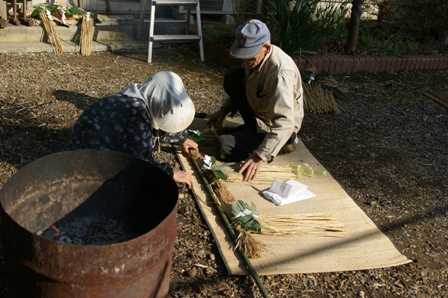 2009.12.30 12月の年越しの準備 (お飾り作り)両親達
