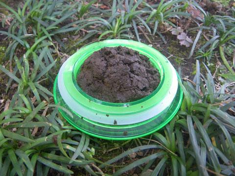 蓋に土を盛る