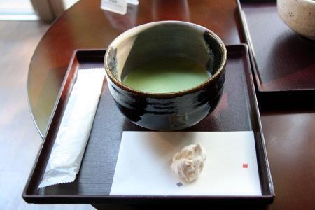 ウエルカムドリンクの抹茶とお菓子