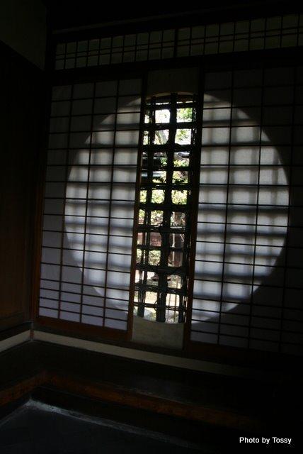 和室丸い窓