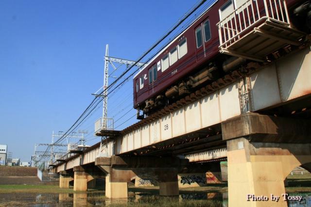 頭の上を通過する阪急電車
