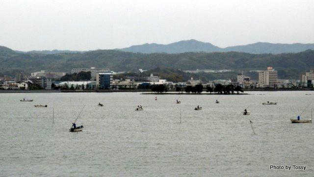 嫁ケ島とシジミ漁の舟2