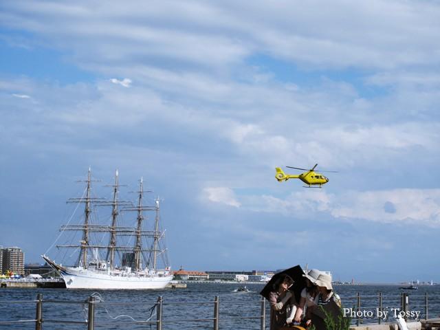 海王丸と遊覧飛行ヘリ