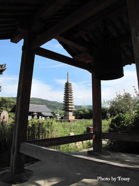 鐘楼と十三重の石宝塔