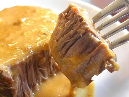 喫茶らあく 牛バラ肉のグーラッシュ トマトとパプリカで煮込んだハンガリー風ビーフシチュー 断面