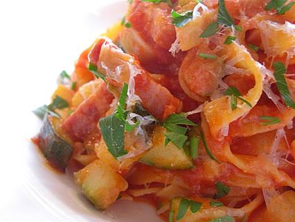 喫茶らあく 手打ちパスタ パンチェッタとズッキーニのトマトソース アップ