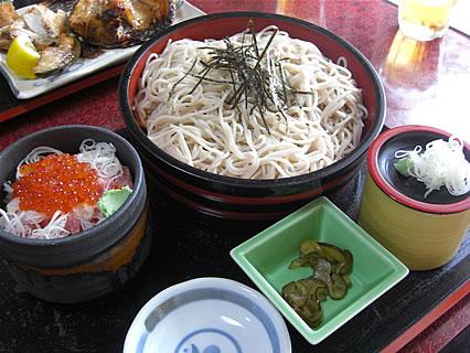 食事処 味喜や ざるそばとネギとろとイクラ丼(820円)