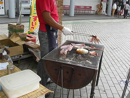 道の駅なみおか「アップルヒル」 アップルヒル15周年祭 第2弾 鯵ヶ沢の焼きイカ イカを焼く店員さん