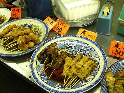山田商店(弘前市中央食品市場内) 店頭に並べられたやきとり