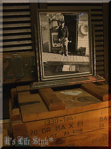 ヴィンテージ木箱と写真.