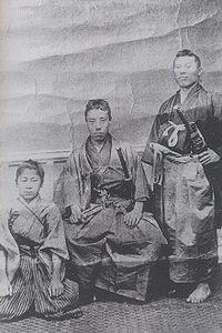 高杉晋作(中央)と伊藤博文(右)(左の少年は山田顕義)