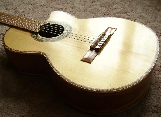 菊ギター第14号完成表ボディー全体反射