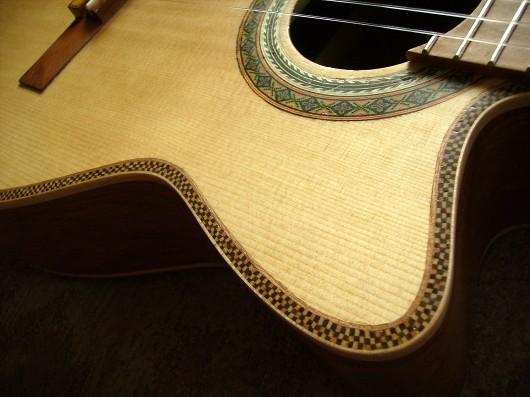 菊ギター第14号完成左肩斜アップ1