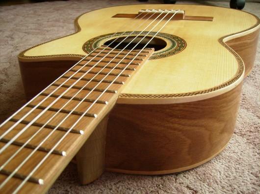 菊ギター第14号完成ヘッド側からボディー斜