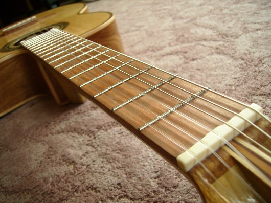 菊ギター第14号完成指板ヘッド側から左斜