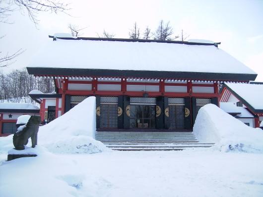 雪の拝殿正面