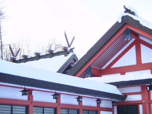 雪の本殿屋根