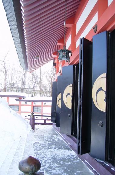 雪の拝殿三つ巴