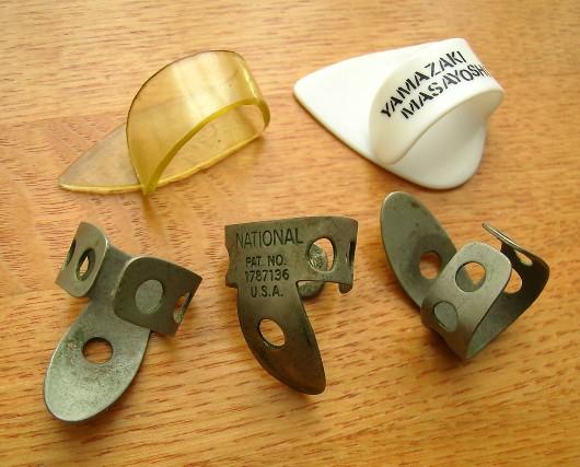 ナショナルの金属製フィンガーピック3個と名も無いサムピック