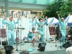 明和電機愛唱歌「地球のプレゼント」を歌う社長と工員たち