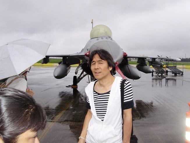 戦闘機の前で