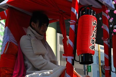 倉科カナさんです、千日前を渡ります。