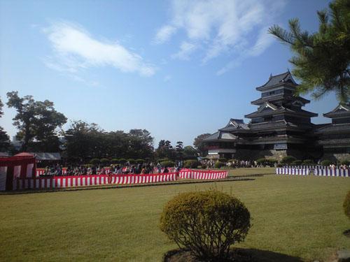 茶席から松本城を望む