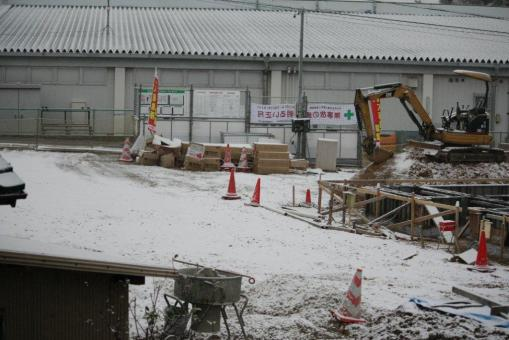 初雪(隣のマンション建設現場)