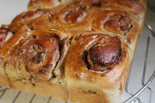 20100715黒糖&胡桃の生地でクリチを巻いたパン