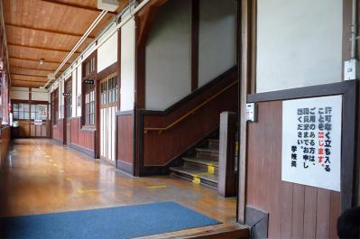 西脇市へ2010.07.31-西脇小学校07~1Fの廊下