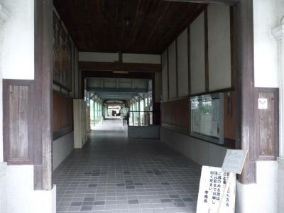 西脇市へ2010.07.31-西脇小学校16~正面からの廊下