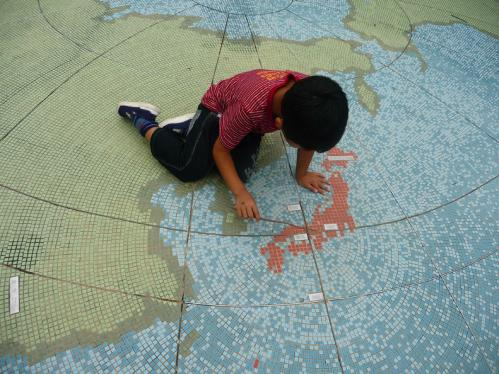 西脇市へ2010.07.31- 日本へそ公園03ー大きな地球の上で