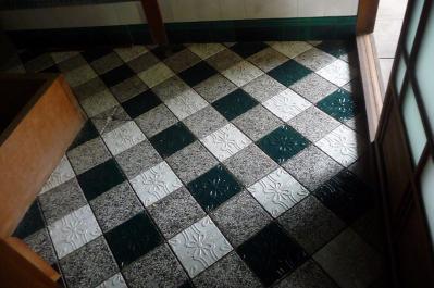 西脇市へ2010.07.31-旧来住家28~お風呂の床のタイル