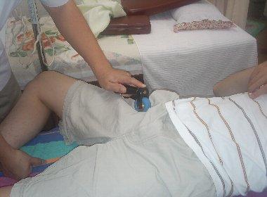 股関節の圧痛部をローラー