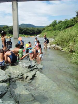 増水中の川