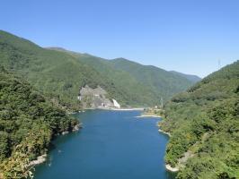 水殿ダム湖をそば庄から