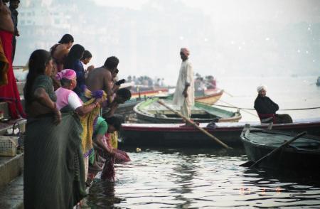 インド ヴェナレス 人々沐浴